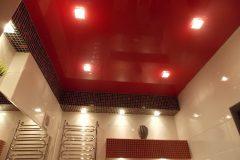 Красный натяжной потолок выглядит потрясающе